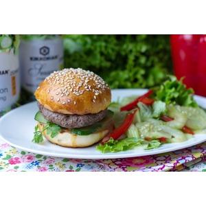 Гамбургер и салат с восточными нотками