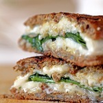 Сэндвич с сыром и шпинатом