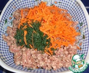 Добавляем морковь натертую на крупной терке и мелко порезанный укроп.