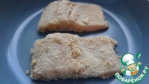 Каждый кусочек нашей рыбы, сначала обмакнуть в яйце, затем в панировочных сухарях.    Выкладываем их на сковороду и обжариваем    на растительном масле с двух сторон до золотистой корочки.