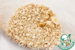 3. Обжаренные орехи и оставшиеся при обрезке зубчики чеснока измельчить блендером в крупную крошку.