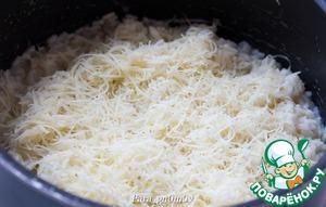 12. В конце следует вливать бульон очень осторожно, небольшими порциями, чтобы достичь нужной консистенции. Когда ризотто будет готово, всыпать тертый пармезан и перемешать. Выправить на соль.