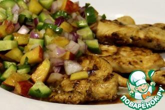 Рецепт: Куриная грудка на гриле с огуречно-персиковым соусом салса