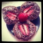 Шоколадные пирожные с шоколадной пастой и клубникой