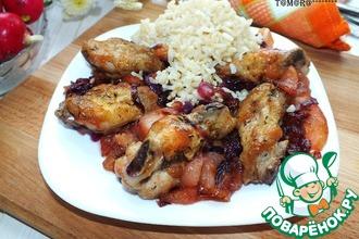 Рецепт: Куриные крылья с карамелизированными яблоками и луком