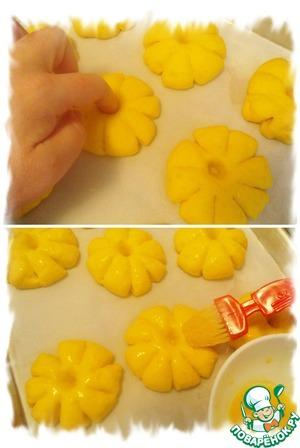 Когда булочки подойдут, углубление сделанное ранее может затянуться, если это произойдёт надо сделать его пальцем ещё раз. Смазать булочки яйцом. Выпекать в предварительно разогретой до 180*C духовке 12-15 минут.
