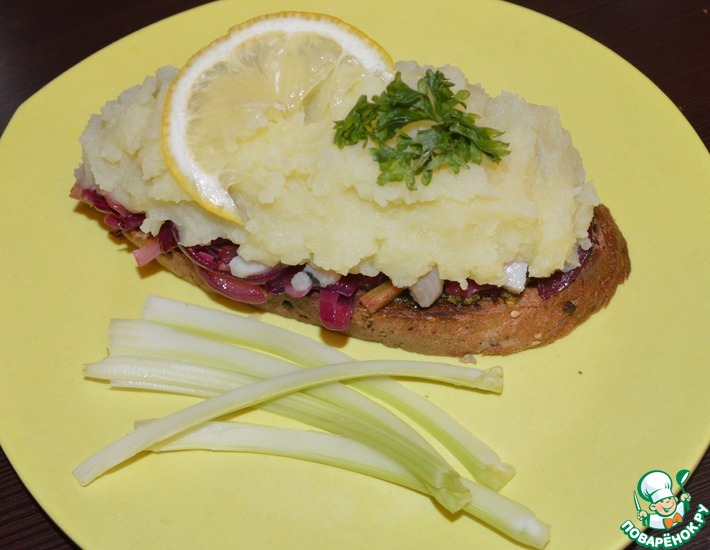 Рецепт: Праздничный тост-салат с сельдью
