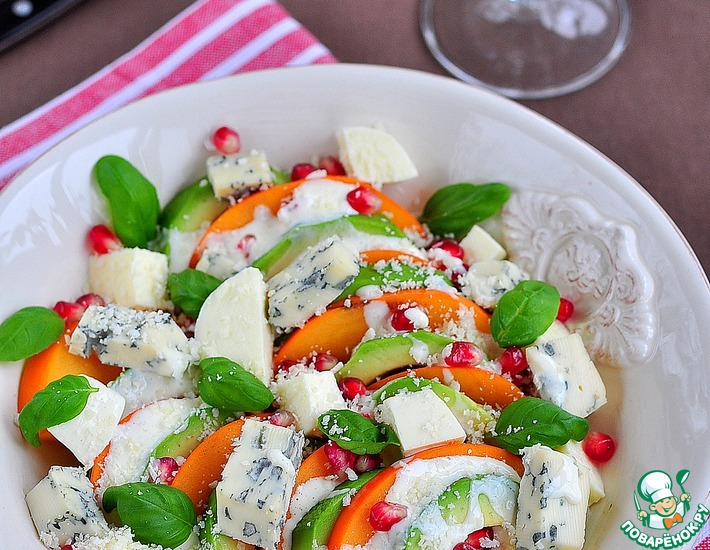 Рецепт: Салат из хурмы, авокадо и голубого сыра