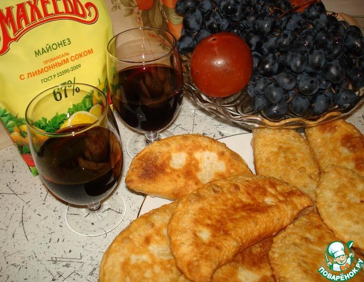 Рецепт: Мини-чебуреки с брынзой и помидорами