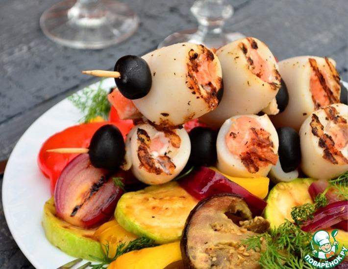 Рецепт: Шашлык из кальмаров и семги с гриль салатом