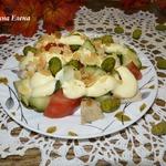 Салат овощной с курицей и арахисом