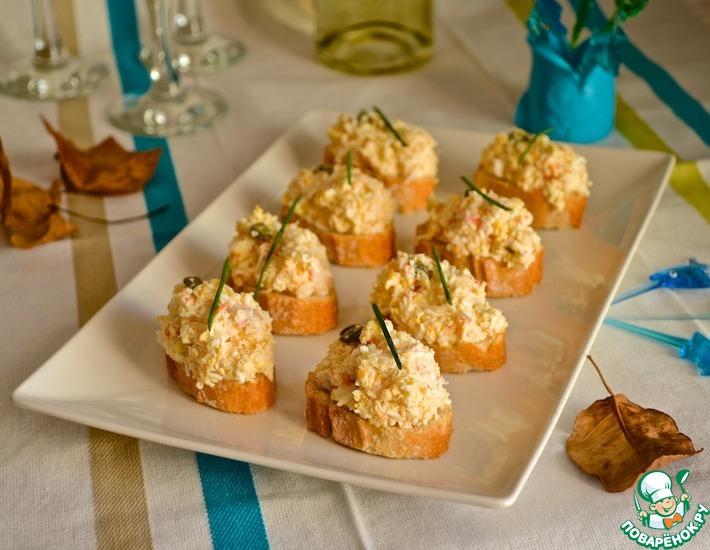 Рецепт: Открытые бутерброды с крабовым салатом