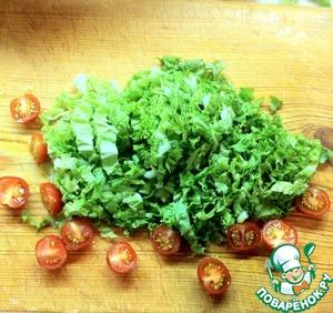 Нарезаем салат и китайскую капусту. Я выбрала именно эти виды зелени, потому что заправка острая, а данные салаты имеют довольно нейтральный вкус. Помидорки черри режем напополам.
