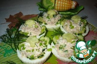 Рецепт: Салат с тунцом в яичных тарталетках