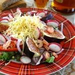 Салат-аперитив с овощами, креветками и инжиром