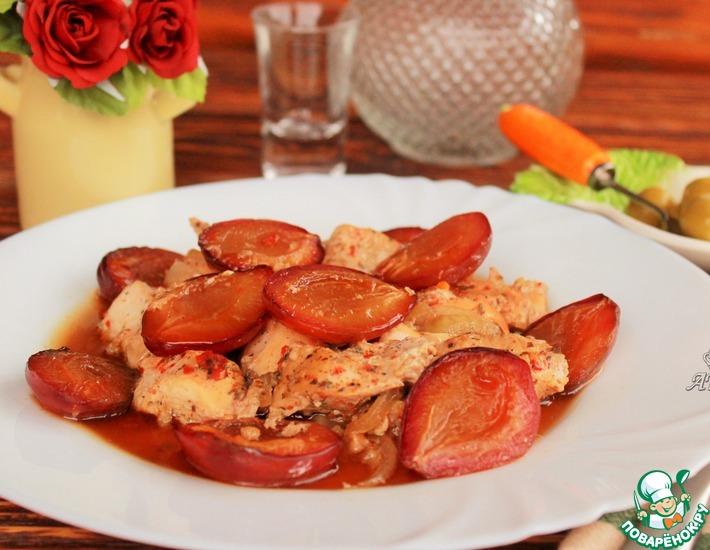 Рецепт: Куриные грудки, запеченные под шубой из слив