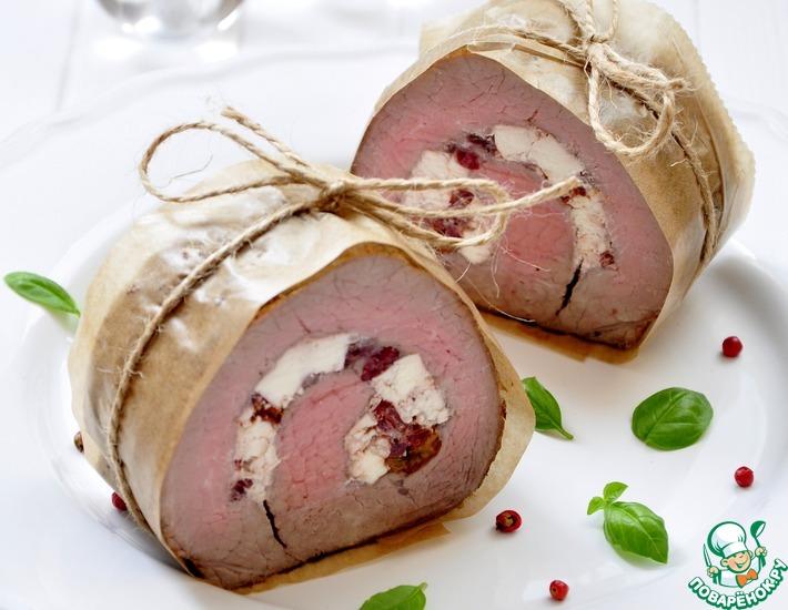 Рецепт: Запеченное мясо с брынзой и вялеными томатами