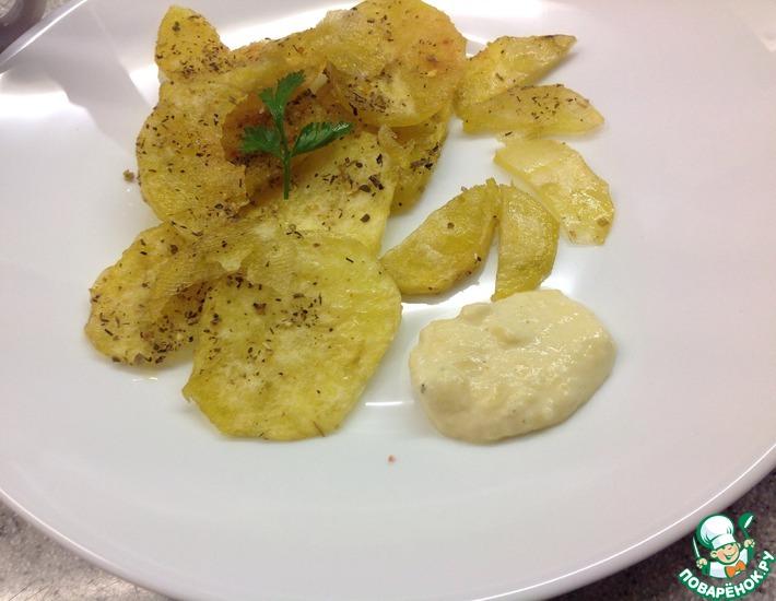 Рецепт: Картофельные чипсы с сырным соусом