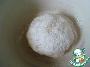 Вымесить тесто, посыпать мукой и оставит в тёплом месте для подъёма.