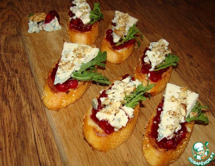 Рецепт: Кростини с брусничным соусом и голубым сыром