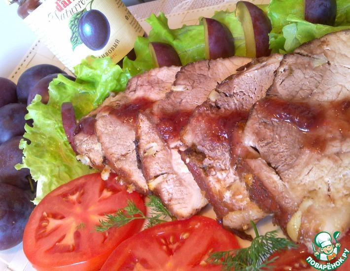 Рецепт: Запеченный окорок со сливовым соусом