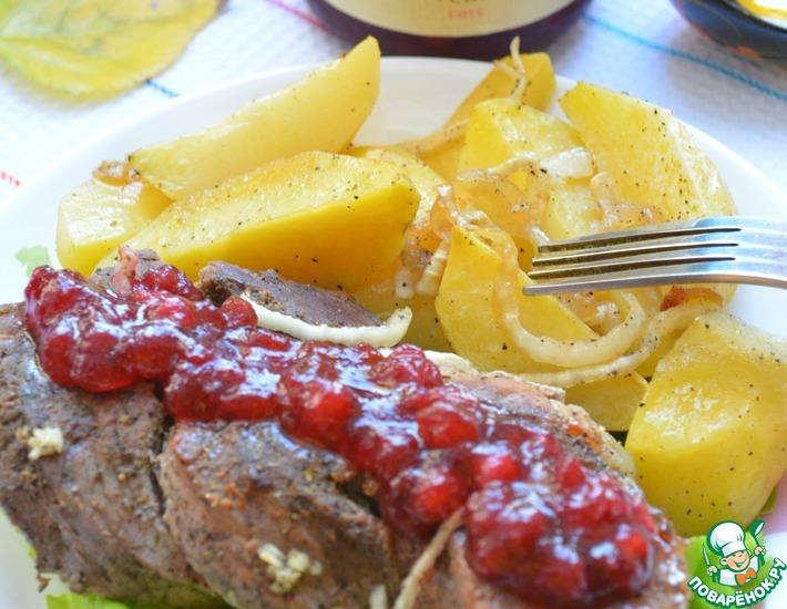 Рецепт: Свиные косички под брусничным соусом