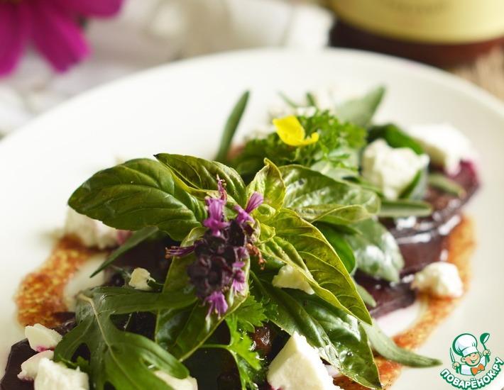 Рецепт: Салат из свеклы, салатного микса и козего сыра со сливовой заправкой