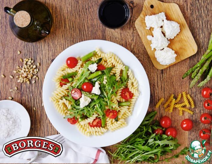Рецепт: Теплый салат с фузилли, рикоттой и рукколой