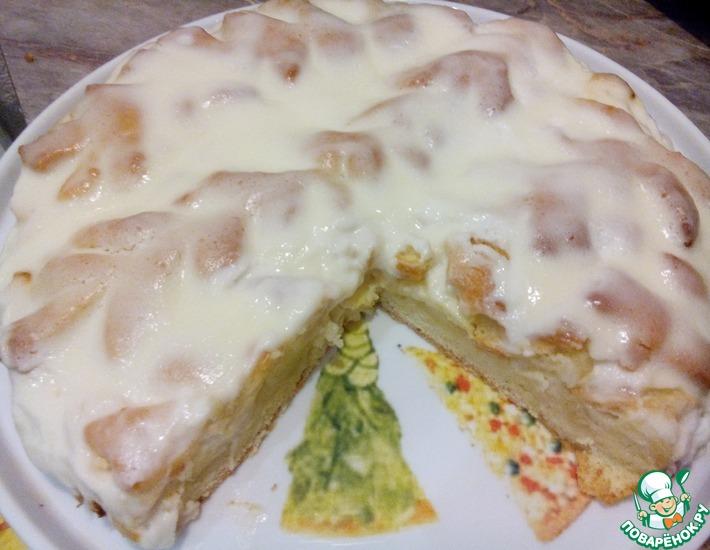 Рецепт: Пирог с яблоками и сметанным соусом