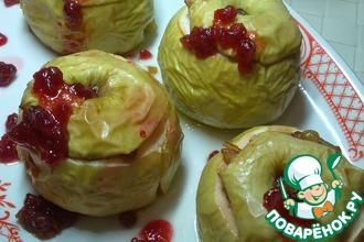 Рецепт: Десерт из печеных яблок с брусничным соусом