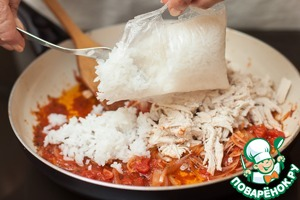 And here the rice is ripe, cut the bag and pour it into the pan.