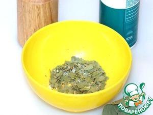 Пока варится рис. растолките в ступке или миске семена фенхеля и весь лавровый лист с 1 ст. л. соли.