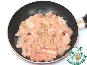 Порежьте филе курицы на тонкие и небольшие полоски. Смажьте куски курицы оливковым маслом, приправьте ароматной солью и обжарьте, периодически перемешивая на среднем огне, до мягкости курицы и золотистой корочки.