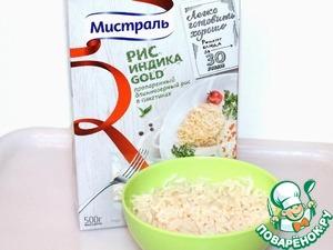 Через 30 мин, вынимаем из кастрюли сваренный рис, разрезаем пакетик и выкладываем на блюдо