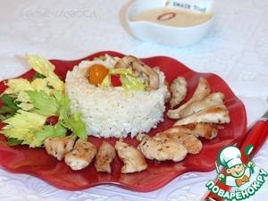 Подавайте рис с кусочками куриного мяса, политые соком, образовавшимся в процессе приготовления. А к рису мы подаем соус.      Приятного аппетита!