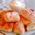 Сдобные пирожки с творогом в сметанном соусе