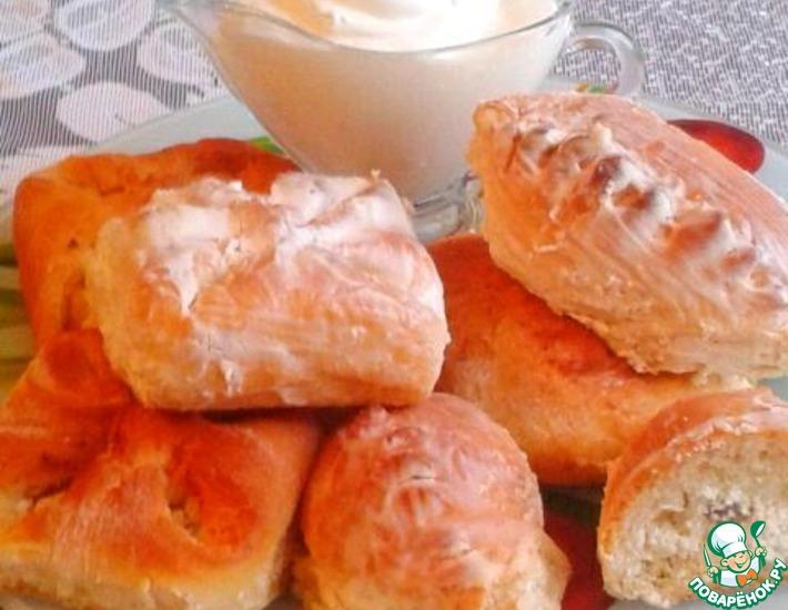 Рецепт: Сдобные пирожки с творогом в сметанном соусе