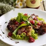 Салат из куриной печени с брусничным желе
