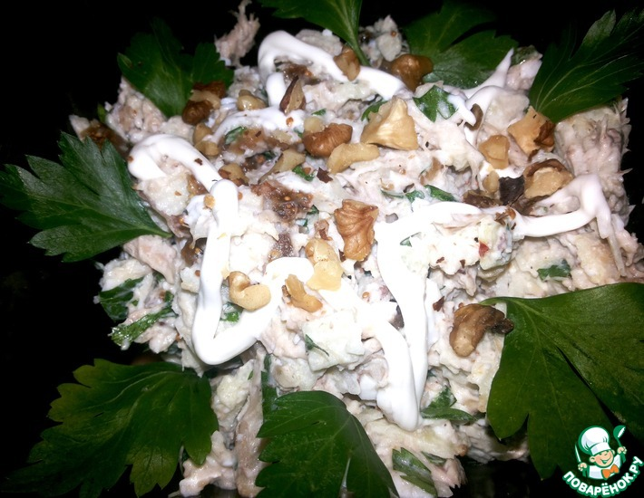 Рецепт: Салат с курицей, яблоком и сушеным инжиром