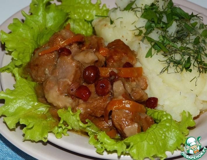 Рецепт: Баранина тушеная с портвейном и клюквенным соусом (в мультиварке)