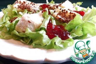 Рецепт: Зелёный салат с камамбером и брусничным соусом
