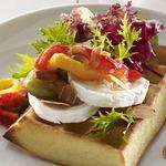 Тесто для вафель с салатом, перцем, сыром и миндалем