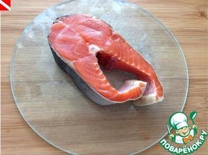 Готовим рыбу - чистим, нарезаем порционными кусочками. Каждый кусочек обсушиваем бумажным полотенцем и солим