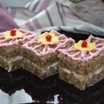 Пирожное из ржаного хлеба с заварным кремом и ягодным соусом