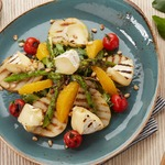 Салат с грушей гриль и орешками