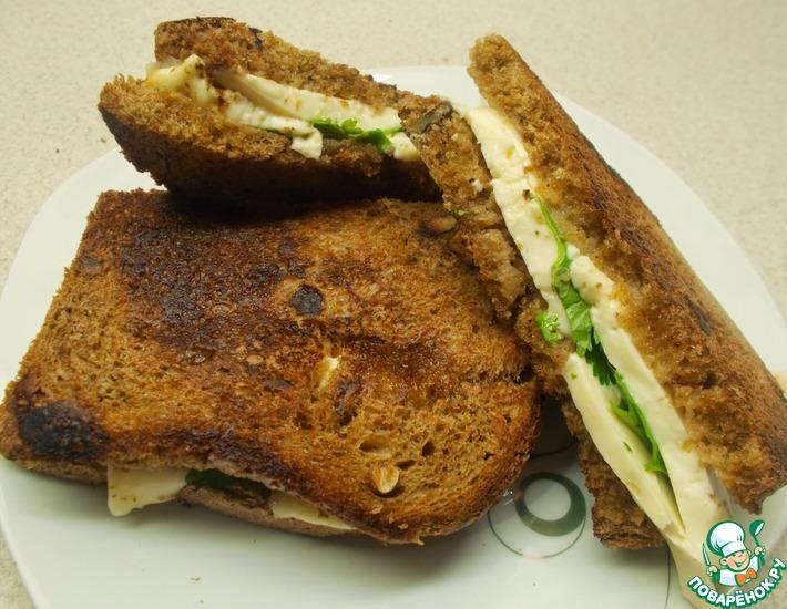 Рецепт: Горячие тосты с брынзой и кинзой