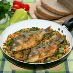 Жареные караси с овощами и рисом