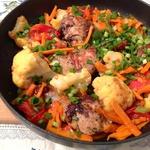 Маринованные куриные голени с цветной капустой и овощами