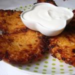 Биточки из рисовых хлопьев с жареным луком и плавленным сыром