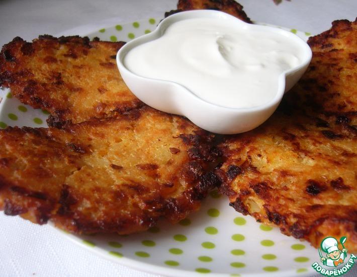 Рецепт: Биточки из рисовых хлопьев с жареным луком и плавленным сыром
